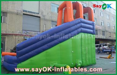娯楽中心のための水プールが付いている多機能の巨大な屋外の膨脹可能な警備員のスライド